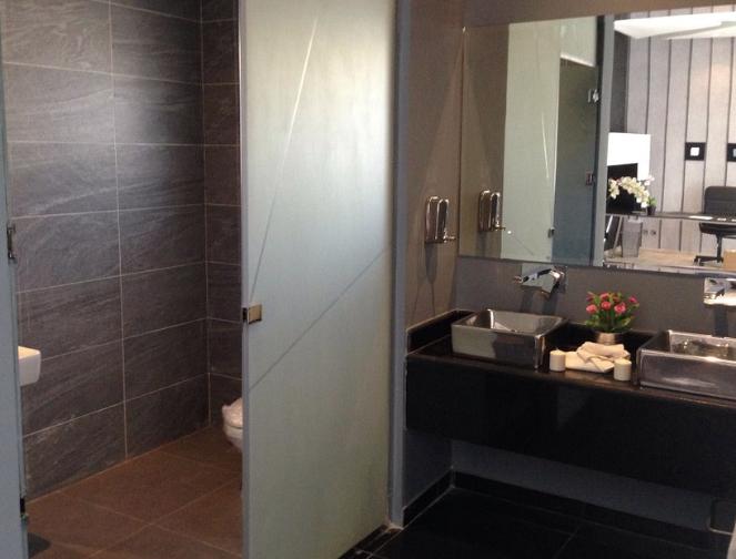 comment quiper une salle de bain de petite taille. Black Bedroom Furniture Sets. Home Design Ideas